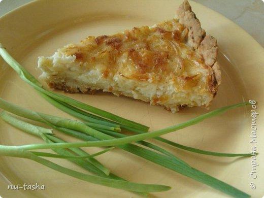 Готовим пирог с луком и сыром. Звучит, может, не очень интересно, я сама небольшая любительница лука, но пирог получается очень вкусный, из серии- не оторваться! Продукты для приготовления простые и доступные.   фото 1