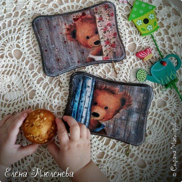 """феечки-волшебницы, салют всем!!!!! у нас солнышко, морозец и снежок! класс))))))) а птички-то по-весеннему щебечут))) выползла по случаю на улицу поснимать. вы бы видели как со стороны смотрелась я со всеми своими крынками-подносами)))) со мной подруга была с дочками 3 и 2 года, собака любопытная их, моя краса и Димка. все вокруг меня крутятся, мелкие то упадут, то снега норовят съесть, то плачут в три голоса, то собака скулит, то Димка с дерева упадет)))))  общем, один глаз дергается, второй в объектив смотрит)))) поехали! покажу чего навытворяла)))) первый в списке. поднос """"Старый город"""". имитация плитки. в интернете брала фото изразцов в технике азулежу. распечатки клеил на заранее разделенное ножом дно подноса. """"плиточные швы"""" красила смесью умбры жженой, черного, синего. сухой кистью состарила края плиток. много слоев глянцевого лака, когда он чуток подсхватывался, спичкой убирала его из швов. каждый слой шкурила и по новой. бортики снаружи браш. красила сначала бирюзовым, затем умбра жженая. шкурила-старила. внутри бортики гладкие, но местами """"просвечивает"""" фактура дерева. на бортиках много-много лака. на финише воск и в швах тоже.  вчера поднос был готов. сегодня нужно было отснять. завтра отдавать. приснилась мне картинка. стоит мой поднос на заледеневшем обшарпанном столе, позади стааарая кирпичная кладка. стоит мой подносик в окружении стареньких крынок. во сне же стала перебирать: где я такую стену видела)))))) утром проснулась: эврика!!!! вспомнила, где я видела это все))) вспомнила подругу, у которой старые крынки есть)))) вот они мне сегодня компанию и составляли с дочками и собакой во время фотосессии))))) кстати, крынки она мне подарила!!!)))) урааа!!!!))))  фото 25"""
