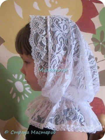 Чем хороши подобные платки? 1) они не спадают с головы даже при поклонах, 2) закрывают плечи, что немаловажно летом, когда хочется одеть сарафан, но из-за открытых плеч приходится от него отказываться 3) очень красивы и эффектны! Особенно на венчании невеста будет невероятно хороша в таком платке Шьется такой платок из гипюра, фистонного кружевного полотна, просто из шелка и обшивается соответствующим кружевом. Расход: при ширине гипюра 140-150см из 110-120см у вас выйдет 2 платка; кружево на данный размер 3-3.5 метра (на 1 платок); 1.5- 1.6 метра косой бейки в тон; 1.5 м тонкой атласной ленточки; 2 концевика (или 2 бусинки) Данный платок шился для взрослого человека, но моделью работает моя 5и летняя дочь))), хотя на взрослом платок смотрится, практически, так же красиво фото 14