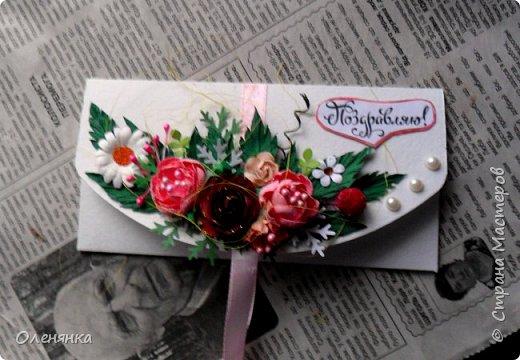 добрый день страна ! сотворила по быстрому несколько конвертов и спешу вам показать .   цветы и листики  самодельные   , полубусины  , ягодка  покупные  .  размер конверта  16 на  9 сантиметров . фото 2
