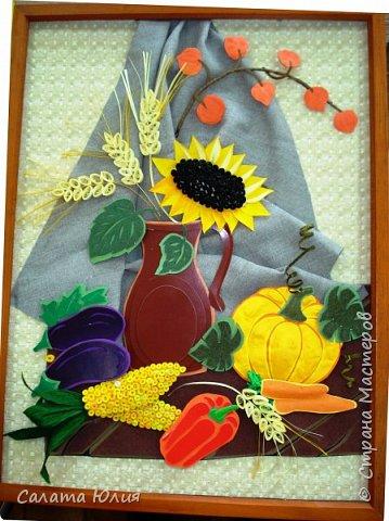 """Панно """"Краски осени"""". Это скорее комбинированная работа с разными техниками. Крынка, баклажаны, листья, перец и поверхность стола - многослойная аппликация. Тыква, морковь, физалис - бумагопластика. Кукуруза, колосья, сердцевина подсолнуха - квилинг. Работа выполнена ученицами 7-го класса Ломакиной Викторией и Федоровой Алиной. Стала победителем областной выставки. фото 1"""
