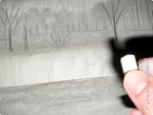 """Мы с детьми попробовали рисовать в новой для них технике и непривычными материалами. Первоначально, когда сказала, что будем рисовать соусом, последовал вопрос: """"каким томатным или майонезным?"""", привыкли видимо к моим экспериментам. Скажу сразу, многим ученикам не понравилось, им не хватало яркости и цвета, кто-то считал, что это как старые фотографии, родители наоборот были в восторге. А теперь уже после нескольких выполненных работ им нравится, """"раскушали"""". Утомлять вас лекцией о технике работы с соусом, углем и мелом, я не буду, в интернете много информации и работ, детям надо предварительно показать работы в этой технике для примера. фото 12"""