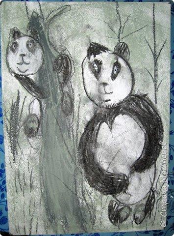 """Мы с детьми попробовали рисовать в новой для них технике и непривычными материалами. Первоначально, когда сказала, что будем рисовать соусом, последовал вопрос: """"каким томатным или майонезным?"""", привыкли видимо к моим экспериментам. Скажу сразу, многим ученикам не понравилось, им не хватало яркости и цвета, кто-то считал, что это как старые фотографии, родители наоборот были в восторге. А теперь уже после нескольких выполненных работ им нравится, """"раскушали"""". Утомлять вас лекцией о технике работы с соусом, углем и мелом, я не буду, в интернете много информации и работ, детям надо предварительно показать работы в этой технике для примера. фото 37"""
