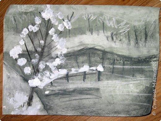 """Мы с детьми попробовали рисовать в новой для них технике и непривычными материалами. Первоначально, когда сказала, что будем рисовать соусом, последовал вопрос: """"каким томатным или майонезным?"""", привыкли видимо к моим экспериментам. Скажу сразу, многим ученикам не понравилось, им не хватало яркости и цвета, кто-то считал, что это как старые фотографии, родители наоборот были в восторге. А теперь уже после нескольких выполненных работ им нравится, """"раскушали"""". Утомлять вас лекцией о технике работы с соусом, углем и мелом, я не буду, в интернете много информации и работ, детям надо предварительно показать работы в этой технике для примера. фото 29"""