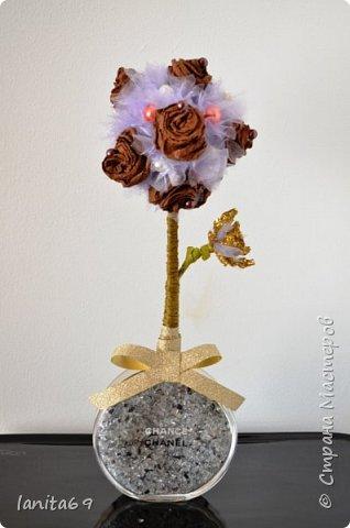 Такие фантазии...розы из гофро-бумаги,торцовки из органзы,флакон от духов. фото 1