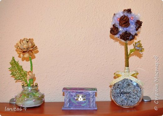 Такие фантазии...розы из гофро-бумаги,торцовки из органзы,флакон от духов. фото 2