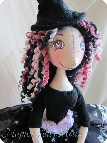 Дорогие жители, хочу представить Вам мою новую куколку.  Года три назад, когда я только еще начинала шить кукол по этим выкройкам,  тельце этой девочки было раскроено мной не в том направлении, и она получилась очень длинной с длииииииииинными ногами.  Почему-то она мне тогда  не понравилась... и я ее забросила до лучших времен.  А недавно разбираясь в своих закромах, я  ее нашла.   Хотела выкинуть, но моя дочка в нее вцепилась и сказала, что я для нее ничего давно не делала, а она, точнее  тело и ноооги этой  куклы, очень похожи на нее (в 10 лет  дочка уже 155см и основное, опять  таки,  это нОООги) Очень долго мой Лисенок перебирал, точнее рАзрЫвал,   залежи материала, и нашла...  Как это бывает с подростком, который себя ищет, попросила сшить куклу в стиле  ЭМО (черные, как  ГОТЫ, но с добавление розового)  Дипрессивная кукла у меня не получилась,   а получилось вот это создание ))) Ну, вот, собственно и ведьмочка Эмма  - очень доброе создание,  и ее любимый цвет - это разовый, поэтому и кот у нее  розового цвета .  А лучший друг - это  паук.  фото 4