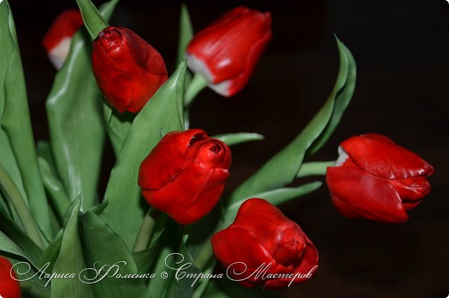 Мои эксперименты с красным продолжаются! На этот раз выбор пал на тюльпаны. Решила делать их не распустившиеся, но в бутоне мне показалось их делать сложнее чем в роспуске, хоть и минуя этап пестиков и тычинок. фото 1
