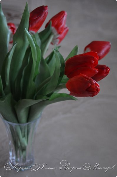 Мои эксперименты с красным продолжаются! На этот раз выбор пал на тюльпаны. Решила делать их не распустившиеся, но в бутоне мне показалось их делать сложнее чем в роспуске, хоть и минуя этап пестиков и тычинок. фото 6