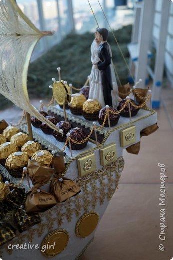 Представляю вашему вниманию свадебный корабль из конфет. Получился метровым в длину (как просил заказчик) и 80 см в высоту.  фото 3