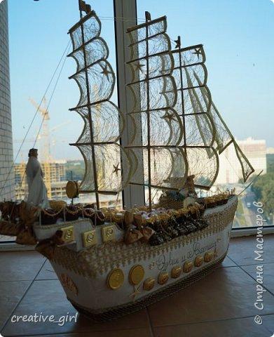 Представляю вашему вниманию свадебный корабль из конфет. Получился метровым в длину (как просил заказчик) и 80 см в высоту.  фото 1