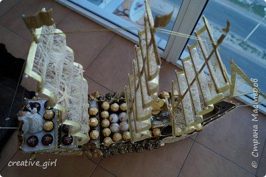 Представляю вашему вниманию свадебный корабль из конфет. Получился метровым в длину (как просил заказчик) и 80 см в высоту.  фото 5