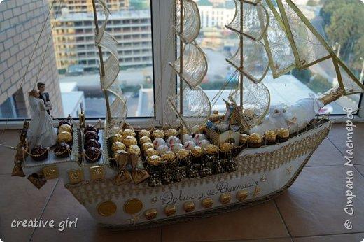 Представляю вашему вниманию свадебный корабль из конфет. Получился метровым в длину (как просил заказчик) и 80 см в высоту.  фото 2