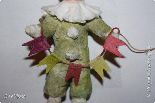 Будем елку украшать! В детском саду мы сами делали флажки на елку.И даже подавали игрушки для взрослых, чтоб они нарядили  елочку! Сколько радости было! Как  в сказке...Эх детство, детство фото 6