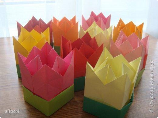 """Я показывала тюльпанчики-коробочки с конфетой https://stranamasterov.ru/node/1011679  . Для тех, кто заинтересовался - МК. Идея из книги   С.Соколовой """"Бумажные цветы, букеты, кусудамы."""""""