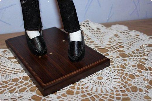 Всем - добрый вечер! Дошила, для своей куколки в черном платье,  кавалера. Было трудно,но я старалась как могла. Костюм - тройка, галстук, кожаные туфли - всё   как у настоящего джентельмена. Галстук завязан настоящим  узлом.  фото 4