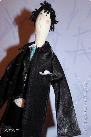 Всем - добрый вечер! Дошила, для своей куколки в черном платье,  кавалера. Было трудно,но я старалась как могла. Костюм - тройка, галстук, кожаные туфли - всё   как у настоящего джентельмена. Галстук завязан настоящим  узлом.  фото 5