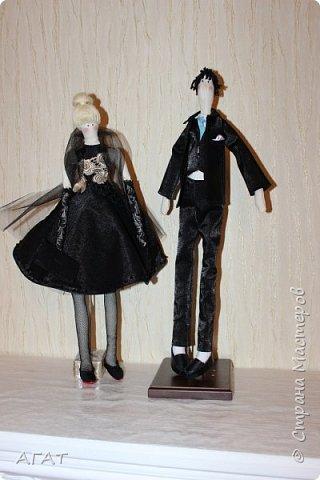 Всем - добрый вечер! Дошила, для своей куколки в черном платье,  кавалера. Было трудно,но я старалась как могла. Костюм - тройка, галстук, кожаные туфли - всё   как у настоящего джентельмена. Галстук завязан настоящим  узлом.  фото 8