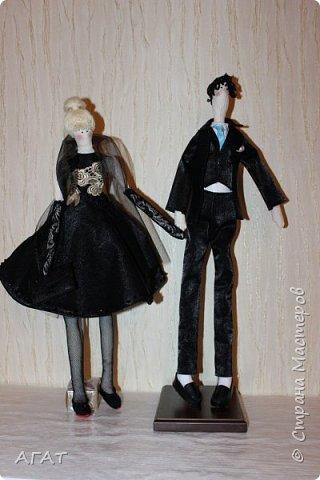Всем - добрый вечер! Дошила, для своей куколки в черном платье,  кавалера. Было трудно,но я старалась как могла. Костюм - тройка, галстук, кожаные туфли - всё   как у настоящего джентельмена. Галстук завязан настоящим  узлом.  фото 7