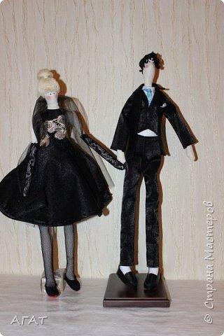 Всем - добрый вечер! Дошила, для своей куколки в черном платье,  кавалера. Было трудно,но я старалась как могла. Костюм - тройка, галстук, кожаные туфли - всё   как у настоящего джентельмена. Галстук завязан настоящим  узлом.  фото 10