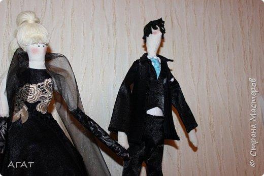 Всем - добрый вечер! Дошила, для своей куколки в черном платье,  кавалера. Было трудно,но я старалась как могла. Костюм - тройка, галстук, кожаные туфли - всё   как у настоящего джентельмена. Галстук завязан настоящим  узлом.  фото 9
