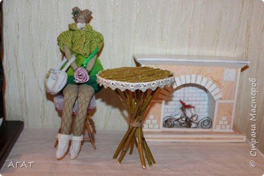 Добрый вечер!  Из веточек ивы и компьютерного диска, я смастерила  столик для кукольных фотосессий. Он как нельзя лучше подошёл к маленькой куколке  и маленькому каминчику. фото 1