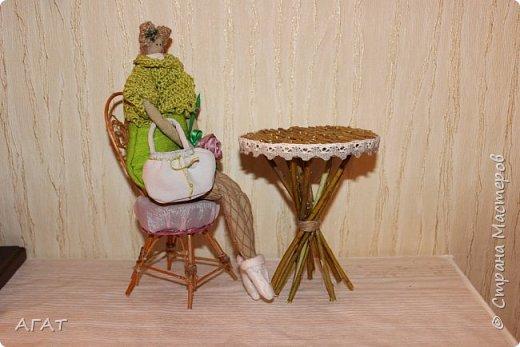 Добрый вечер!  Из веточек ивы и компьютерного диска, я смастерила  столик для кукольных фотосессий. Он как нельзя лучше подошёл к маленькой куколке  и маленькому каминчику. фото 4