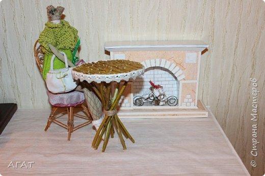 Добрый вечер!  Из веточек ивы и компьютерного диска, я смастерила  столик для кукольных фотосессий. Он как нельзя лучше подошёл к маленькой куколке  и маленькому каминчику. фото 5