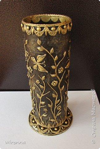 Сотворилась вазочка в технике пейп-арт Татьяны Сорокиной ( http://stranamasterov.ru/user/151613 ) для моих бисерных цветов. Не сфотографировала в процессе работы, но исправлюсь, -  всё расскажу. Вазочка сделана из куска картонной тубы от фотообоев, основание - пластмассовое блюдечко от цветочного горшка. Оклеила салфетками отдельно тубу и блюдечко, затем соединила. В оформлении использовала нити из бумажных салфеток, половинки гороха, макаронные изделия в виде рисовых зернышек, крупу кукурузную, и лепка из холодного фарфора. Покрыла  2 раза колером для акриловых красок темного шоколадного цвета (коричневый +черный), смешанным с клеем ПВА и водой, акрилом под золото, и сверху 2 слоя акрилового лака для паркетных полов. Внутреннюю часть вазочки тоже покрасила и покрыла лаком. фото 2
