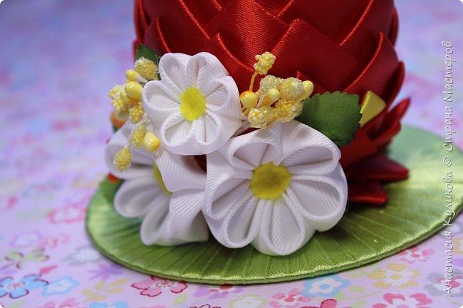 В этом видео уроке  я покажу как сделать красивый и оригинальный сувенир канзаши к светлому празднику Пасхи. Таким сувениром можно украсить праздничный стол или подарить его близким людям, это будет отличный подарок к Пасхе, сделанный своими руками.        Этот видео урок я сняла совместно с Natali Doma https://www.youtube.com/user/NataliDoma вот ее вариант пасхального яичка https://www.youtube.com/watch?v=Nq6Om...      Приятного просмотра и Творческого вдохновения.    Если вам понравился этот видео  урок, поделитесь им с друзьями.    Если во время просмотра видео мастер класса у вас возникли какие либо вопросы, пишите их в комментариях, я постараюсь ответить на них. фото 2