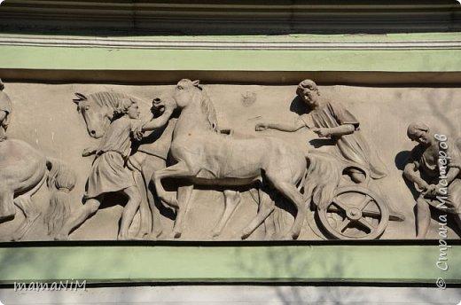 В школе учительница детям дала задание, походить по городу и пофотографировать коней. Нам это очень понравилось, с удовольствием погуляли и посмотрели. Вон их оказывается сколько!  Эти лошадки расположены на здании Александрийского театра. фото 23