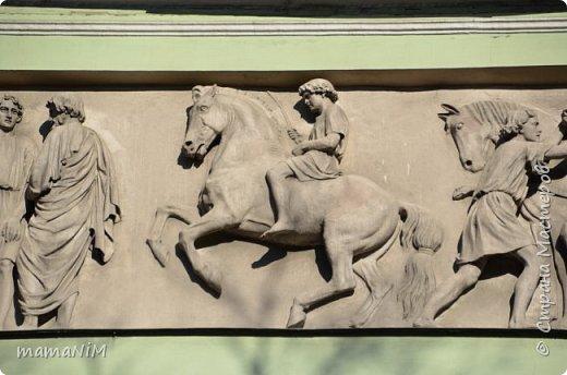 В школе учительница детям дала задание, походить по городу и пофотографировать коней. Нам это очень понравилось, с удовольствием погуляли и посмотрели. Вон их оказывается сколько!  Эти лошадки расположены на здании Александрийского театра. фото 24