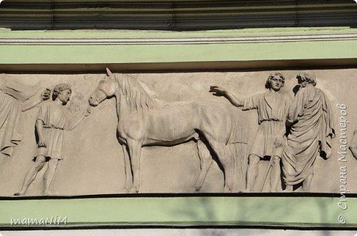 В школе учительница детям дала задание, походить по городу и пофотографировать коней. Нам это очень понравилось, с удовольствием погуляли и посмотрели. Вон их оказывается сколько!  Эти лошадки расположены на здании Александрийского театра. фото 25