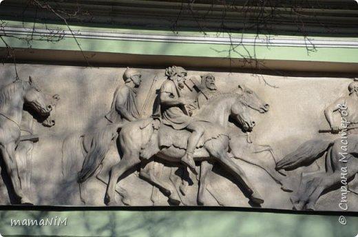 В школе учительница детям дала задание, походить по городу и пофотографировать коней. Нам это очень понравилось, с удовольствием погуляли и посмотрели. Вон их оказывается сколько!  Эти лошадки расположены на здании Александрийского театра. фото 27