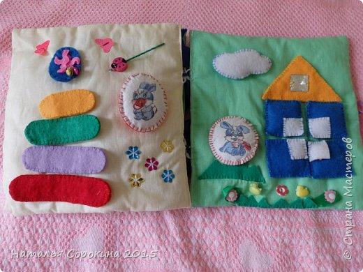 Моя ученица  сделала своими руками подарок для своей младшей сестрички, которой скоро исполнится 1 годик. Мягкая книжка в которой пока только 6 страничек. Но мы планируем добавить еще. фото 12