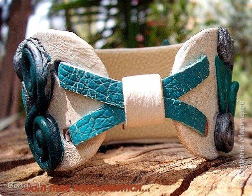 """Вот... опять я с комплектом! Почему такое название? Как-то раз я увидела Средиземное море совершенно потрясающего цвета, точнее, цветов. Там смешались синие, бирюзовые, изумрудные, краски! Все это сияло, сверкало и пенилось белым серебром!!! Это было просто чудо! Конечно, воссоздать такое просто невозможно! Не в моих это силах!  Но несколько кабошонов агата под цвет морской волны у меня нашлось...И  когда надумала я сотворить очередной комплектик (чисто летний), решила их использовать. Итак... кулон и браслет. Использованы агаты и жемчуг. Который покрупнее - натуральный, т.е. культивированный. Помельче - искусственный. Цепочка  серебряная, довольно-таки массивная. В кулоне весь декор (включая окантовку камня) покрыт акриловым металликом """"старое серебро"""". После того, как сделала фото, комплект покрыла акриловым лаком. Краски стали более глубокими и яркими. И комплект от этого выиграл. И еще... в натуре в комплекте присутствуют разные оттенки - изумрудный, бирюзовый,морской волны, голубой... А на фото один только голубой, да и тот тусклый...обидно даже(((  фото 5"""