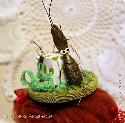 """Добрый вечер! Сшилась такая композиция - Тараканы в моей голове. Тараканы в голове есть у всех, просто у одних они одомашненные, а у других - дикие, бойцовские! А я люблю своих тараканов в голове! Может быть именно они и делают меня неповторимой!... Интерьерная композиция """"Тараканы в моей голове"""" выполнена в смешанной технике. Девочка изготовлена в технике грунтованный текстиль, шляпка и сарафан сшиты. Очаровательные таракашки - из пластики. Заметьте, удобно расположившись на шляпке, они чувствуют себя вполне комфортно,как дома. Очень важно уметь управлять своими таракашками, поселившимися в вашей голове. фото 3"""