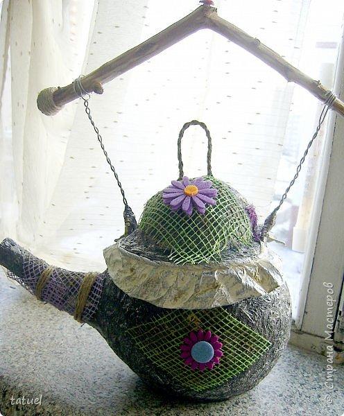 Всем привет! Этот чайник сделан на базе воздушного шарика.  Украшен сеткой от цветов и готовым декором.   Ручку сделала из ветки дерева.   Больше про него ничего не скажу- просто смотрите.  фото 1
