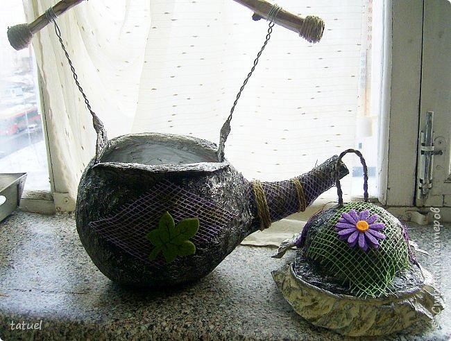 Всем привет! Этот чайник сделан на базе воздушного шарика.  Украшен сеткой от цветов и готовым декором.   Ручку сделала из ветки дерева.   Больше про него ничего не скажу- просто смотрите.  фото 5