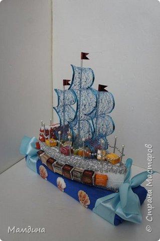 Доброго времени суток! В подарок одному мальчику был сделан такой кораблик, основа пенопласт. Хотела изобразить море, коробку конфет обернула синей бумагой и приклеила ракушки. Пересмотрела кучу мастер-классов, казалось все такое сложное, а мне надо быстро и просто, вот и сделала по-своему. фото 4