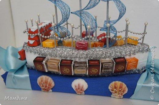 Доброго времени суток! В подарок одному мальчику был сделан такой кораблик, основа пенопласт. Хотела изобразить море, коробку конфет обернула синей бумагой и приклеила ракушки. Пересмотрела кучу мастер-классов, казалось все такое сложное, а мне надо быстро и просто, вот и сделала по-своему. фото 3