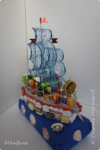 Доброго времени суток! В подарок одному мальчику был сделан такой кораблик, основа пенопласт. Хотела изобразить море, коробку конфет обернула синей бумагой и приклеила ракушки. Пересмотрела кучу мастер-классов, казалось все такое сложное, а мне надо быстро и просто, вот и сделала по-своему. фото 6