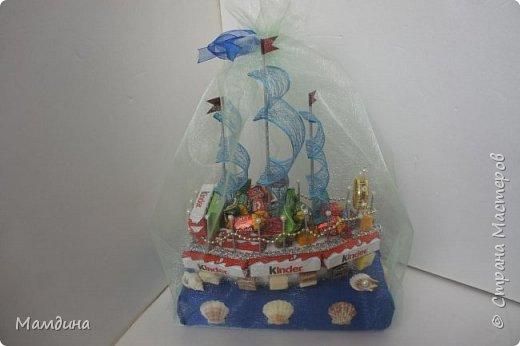 Доброго времени суток! В подарок одному мальчику был сделан такой кораблик, основа пенопласт. Хотела изобразить море, коробку конфет обернула синей бумагой и приклеила ракушки. Пересмотрела кучу мастер-классов, казалось все такое сложное, а мне надо быстро и просто, вот и сделала по-своему. фото 7