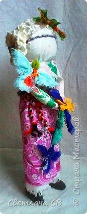 """Кукла-образ """"Птица Радость"""" помогает женщине понять её предназначение и почувствовать свою привлекательность.  Кукла поворачивает время на весну, а жизнь на радость.  Кукла «Птица Радость» — кукла весеннего обряда, связанного с приходом весны. Считалось, что весну на своих крыльях приносят птицы. В первые весенние дни замужние женщины — они были главными участникам обряда, но могли участвовать и девушки, выходили за околицу и кликали Весну.  Женщины одевались в яркие, нарядные одежды.  Особенно украшали головные уборы в виде птиц. Украшали перьями, меховыми опушками. Женщины сами принимали образы птиц. Было поверье, что если женщине птица села на голову, на плечо или на руку, весь год у нее будет счастливым и удачным. Считалось, что птицы несут с собой ключи от счастья, тепло и свет.  Птица-радость помогает женщине понять ее предназначение и почувствовать свою привлекательность: важно отделять понятие «красивости» от умения привлекать — особым образом заряжать собой и своим состоянием окружающее пространство, в которое притягиваются люди — мужчины, женщины, детские души. Это особое умение женщины — дать мужчине то, что дарит ему уверенность, покой, ощущение собственной важности, значимости, главенствования, и попросить от него взамен защиты, любви, нежности, щедрости. А еще эта кукла поворачивает время на весну, а жизнь — на радость. Птицы приносят на крыльях весну.Наши предки ставили """"Птицу Радость"""" поближе к окну. Считалось, что встречаясь с солнечными лучами, кукла станет мощной защитой от невзгод и болезней и одарит дом теплом и радостью.   фото 3"""