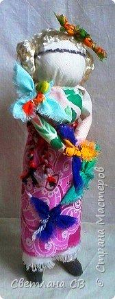 """Кукла-образ """"Птица Радость"""" помогает женщине понять её предназначение и почувствовать свою привлекательность.  Кукла поворачивает время на весну, а жизнь на радость.  Кукла «Птица Радость» — кукла весеннего обряда, связанного с приходом весны. Считалось, что весну на своих крыльях приносят птицы. В первые весенние дни замужние женщины — они были главными участникам обряда, но могли участвовать и девушки, выходили за околицу и кликали Весну.  Женщины одевались в яркие, нарядные одежды.  Особенно украшали головные уборы в виде птиц. Украшали перьями, меховыми опушками. Женщины сами принимали образы птиц. Было поверье, что если женщине птица села на голову, на плечо или на руку, весь год у нее будет счастливым и удачным. Считалось, что птицы несут с собой ключи от счастья, тепло и свет.  Птица-радость помогает женщине понять ее предназначение и почувствовать свою привлекательность: важно отделять понятие «красивости» от умения привлекать — особым образом заряжать собой и своим состоянием окружающее пространство, в которое притягиваются люди — мужчины, женщины, детские души. Это особое умение женщины — дать мужчине то, что дарит ему уверенность, покой, ощущение собственной важности, значимости, главенствования, и попросить от него взамен защиты, любви, нежности, щедрости. А еще эта кукла поворачивает время на весну, а жизнь — на радость. Птицы приносят на крыльях весну.Наши предки ставили """"Птицу Радость"""" поближе к окну. Считалось, что встречаясь с солнечными лучами, кукла станет мощной защитой от невзгод и болезней и одарит дом теплом и радостью.   фото 5"""