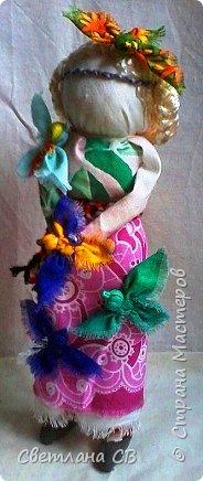 """Кукла-образ """"Птица Радость"""" помогает женщине понять её предназначение и почувствовать свою привлекательность.  Кукла поворачивает время на весну, а жизнь на радость.  Кукла «Птица Радость» — кукла весеннего обряда, связанного с приходом весны. Считалось, что весну на своих крыльях приносят птицы. В первые весенние дни замужние женщины — они были главными участникам обряда, но могли участвовать и девушки, выходили за околицу и кликали Весну.  Женщины одевались в яркие, нарядные одежды.  Особенно украшали головные уборы в виде птиц. Украшали перьями, меховыми опушками. Женщины сами принимали образы птиц. Было поверье, что если женщине птица села на голову, на плечо или на руку, весь год у нее будет счастливым и удачным. Считалось, что птицы несут с собой ключи от счастья, тепло и свет.  Птица-радость помогает женщине понять ее предназначение и почувствовать свою привлекательность: важно отделять понятие «красивости» от умения привлекать — особым образом заряжать собой и своим состоянием окружающее пространство, в которое притягиваются люди — мужчины, женщины, детские души. Это особое умение женщины — дать мужчине то, что дарит ему уверенность, покой, ощущение собственной важности, значимости, главенствования, и попросить от него взамен защиты, любви, нежности, щедрости. А еще эта кукла поворачивает время на весну, а жизнь — на радость. Птицы приносят на крыльях весну.Наши предки ставили """"Птицу Радость"""" поближе к окну. Считалось, что встречаясь с солнечными лучами, кукла станет мощной защитой от невзгод и болезней и одарит дом теплом и радостью.   фото 4"""