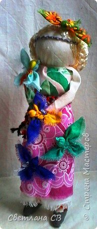 """Кукла-образ """"Птица Радость"""" помогает женщине понять её предназначение и почувствовать свою привлекательность.  Кукла поворачивает время на весну, а жизнь на радость.  Кукла «Птица Радость» — кукла весеннего обряда, связанного с приходом весны. Считалось, что весну на своих крыльях приносят птицы. В первые весенние дни замужние женщины — они были главными участникам обряда, но могли участвовать и девушки, выходили за околицу и кликали Весну.  Женщины одевались в яркие, нарядные одежды.  Особенно украшали головные уборы в виде птиц. Украшали перьями, меховыми опушками. Женщины сами принимали образы птиц. Было поверье, что если женщине птица села на голову, на плечо или на руку, весь год у нее будет счастливым и удачным. Считалось, что птицы несут с собой ключи от счастья, тепло и свет.  Птица-радость помогает женщине понять ее предназначение и почувствовать свою привлекательность: важно отделять понятие «красивости» от умения привлекать — особым образом заряжать собой и своим состоянием окружающее пространство, в которое притягиваются люди — мужчины, женщины, детские души. Это особое умение женщины — дать мужчине то, что дарит ему уверенность, покой, ощущение собственной важности, значимости, главенствования, и попросить от него взамен защиты, любви, нежности, щедрости. А еще эта кукла поворачивает время на весну, а жизнь — на радость. Птицы приносят на крыльях весну.Наши предки ставили """"Птицу Радость"""" поближе к окну. Считалось, что встречаясь с солнечными лучами, кукла станет мощной защитой от невзгод и болезней и одарит дом теплом и радостью.   фото 1"""