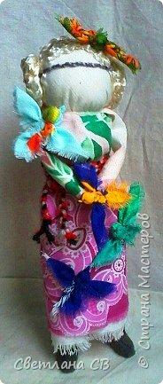 """Кукла-образ """"Птица Радость"""" помогает женщине понять её предназначение и почувствовать свою привлекательность.  Кукла поворачивает время на весну, а жизнь на радость.  Кукла «Птица Радость» — кукла весеннего обряда, связанного с приходом весны. Считалось, что весну на своих крыльях приносят птицы. В первые весенние дни замужние женщины — они были главными участникам обряда, но могли участвовать и девушки, выходили за околицу и кликали Весну.  Женщины одевались в яркие, нарядные одежды.  Особенно украшали головные уборы в виде птиц. Украшали перьями, меховыми опушками. Женщины сами принимали образы птиц. Было поверье, что если женщине птица села на голову, на плечо или на руку, весь год у нее будет счастливым и удачным. Считалось, что птицы несут с собой ключи от счастья, тепло и свет.  Птица-радость помогает женщине понять ее предназначение и почувствовать свою привлекательность: важно отделять понятие «красивости» от умения привлекать — особым образом заряжать собой и своим состоянием окружающее пространство, в которое притягиваются люди — мужчины, женщины, детские души. Это особое умение женщины — дать мужчине то, что дарит ему уверенность, покой, ощущение собственной важности, значимости, главенствования, и попросить от него взамен защиты, любви, нежности, щедрости. А еще эта кукла поворачивает время на весну, а жизнь — на радость. Птицы приносят на крыльях весну.Наши предки ставили """"Птицу Радость"""" поближе к окну. Считалось, что встречаясь с солнечными лучами, кукла станет мощной защитой от невзгод и болезней и одарит дом теплом и радостью.   фото 2"""