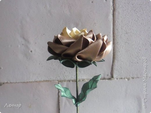 Добрый день, Страна. Выкладываю на ваш суд МК такой розы. Сама я такую розу первый раз увидела у Олеси Иноземцевой в Одноклассниках ( только у неё была просто заколка, не на ножке). фото 52