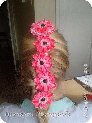 Закрепляется заколка и цветы вплетаются в косу фото 1